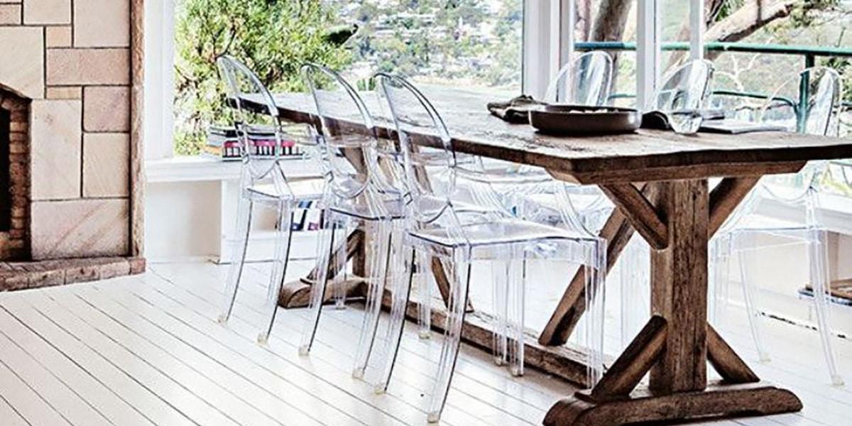 Mesa con sillas transparentes