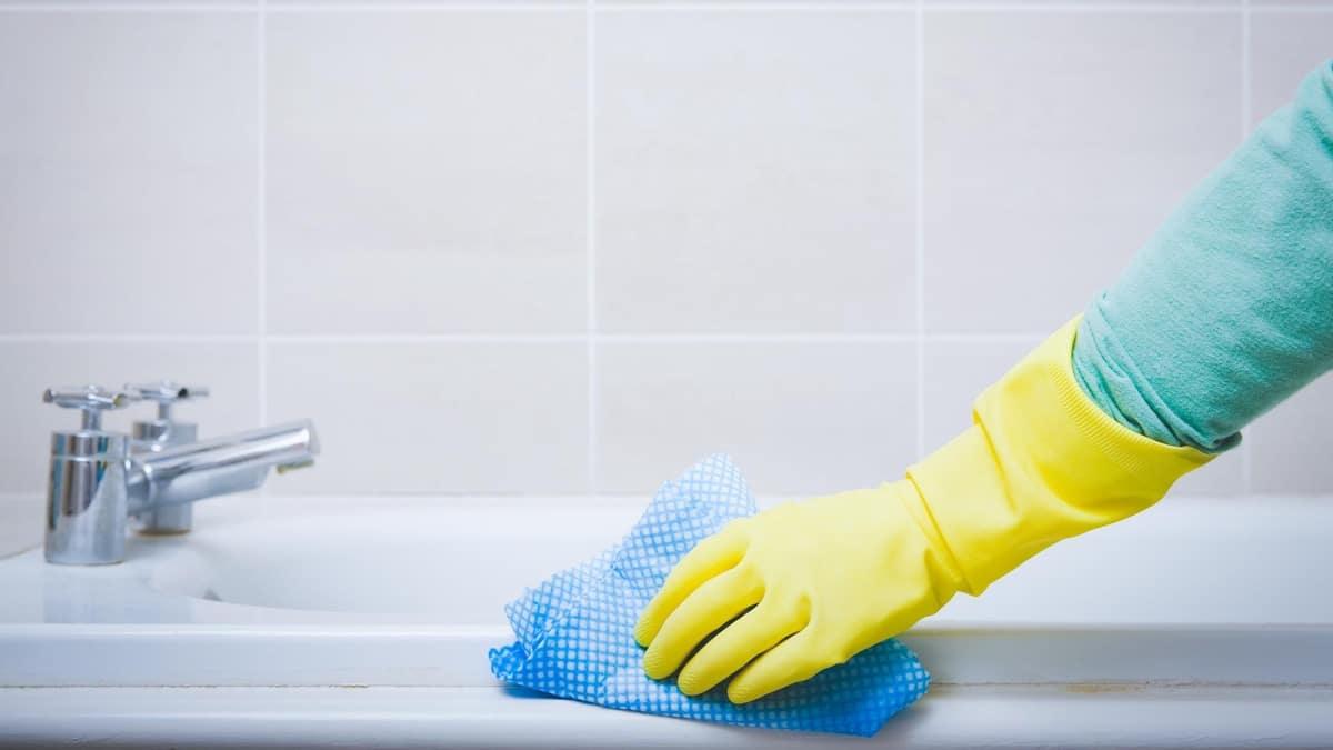 limpiar cuarto de bano