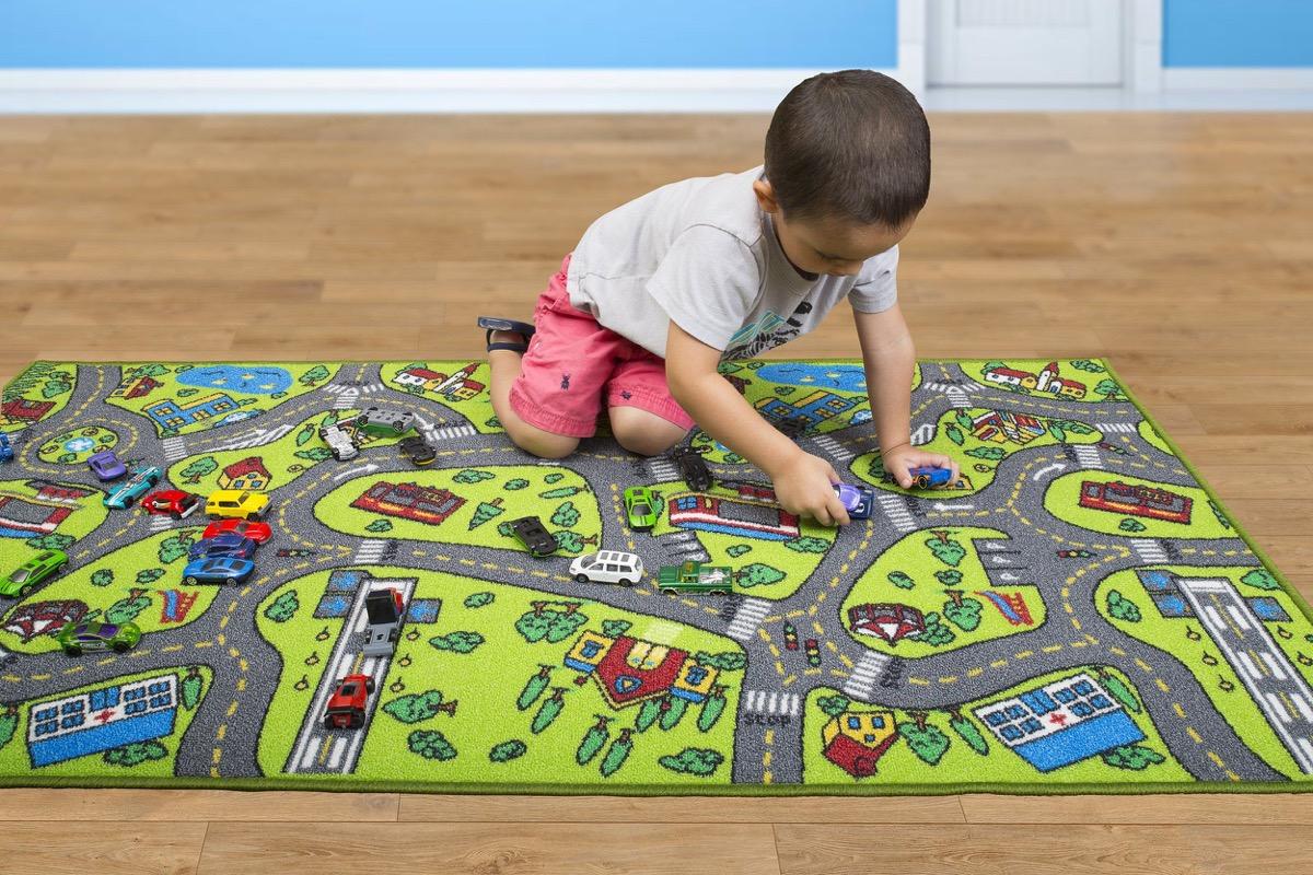 alfombras con nenes en casa