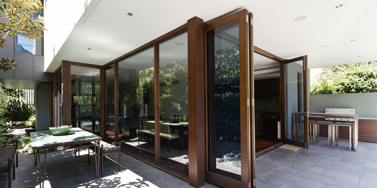 Descubre cómo usar puertas plegables de madera en el hogar